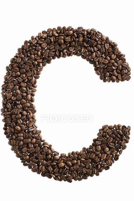 Letra C escrita con granos de café - foto de stock