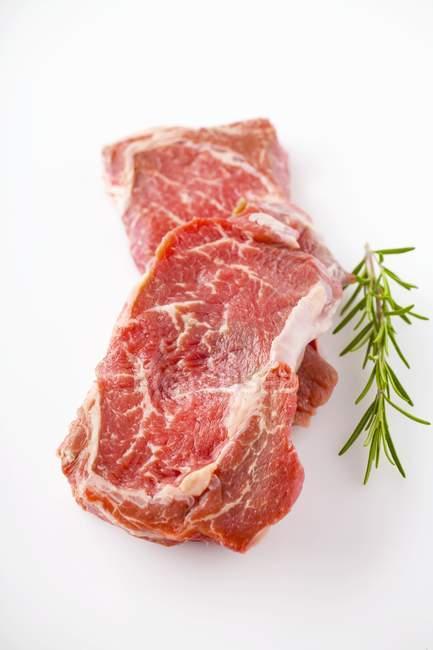 RAW свіжої яловичини з розмарином — стокове фото