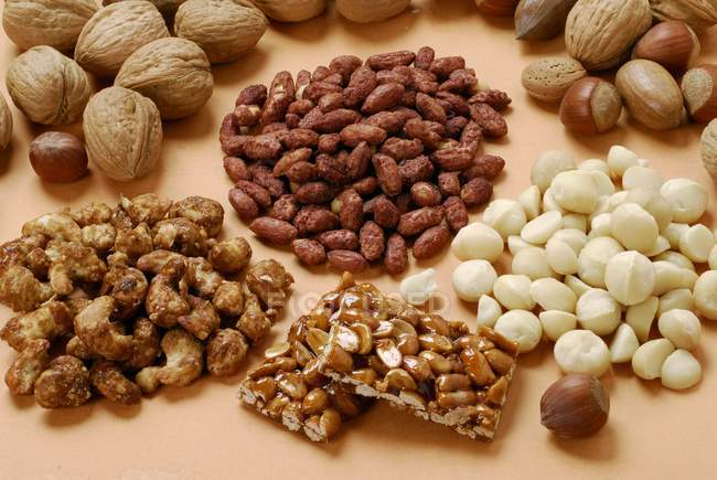 Verschiedene Nüsse und Mandelkrokant — Stockfoto