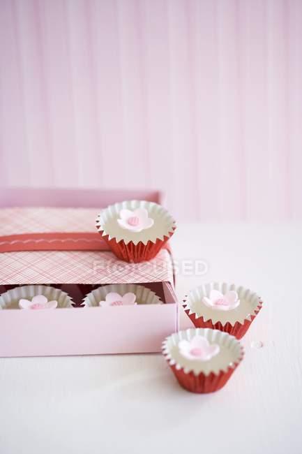 Closeup vista de doces com flores doces e caixa — Fotografia de Stock