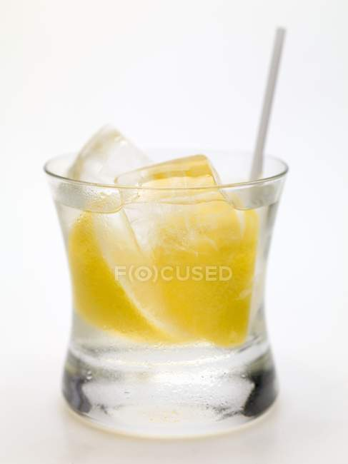 Водка с лимоном и кубиками льда — стоковое фото