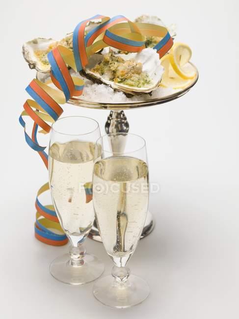 Устриці au gratin з ігристим вином — стокове фото