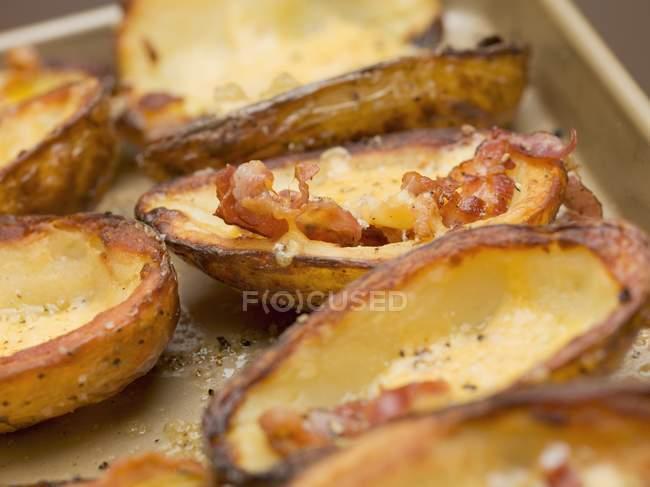 Assado de cascas de batata com bacon em assadeira — Fotografia de Stock