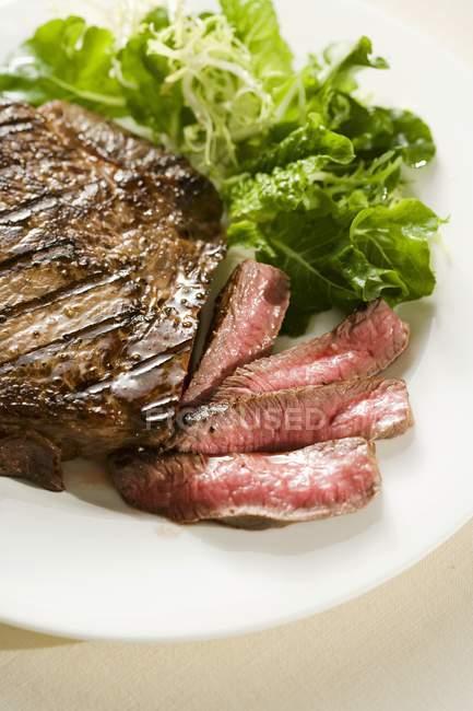 Teilweise geschnittenes Steak — Stockfoto