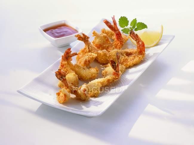 Servindo de profunda camarão frito com molho — Fotografia de Stock