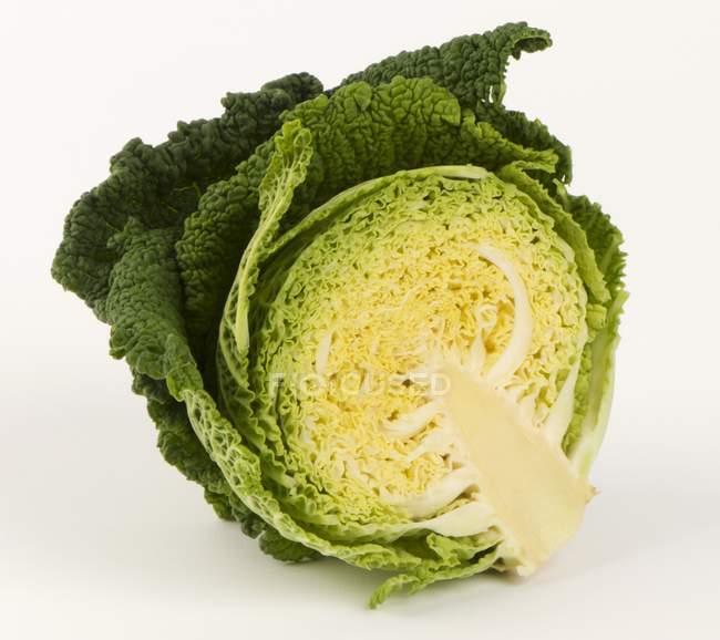 Наполовину савойской капусты — стоковое фото