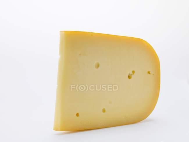Кусок сыра Гауда — стоковое фото