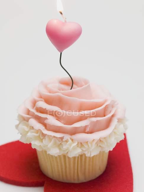 Cupcake mit Marzipanrose — Stockfoto