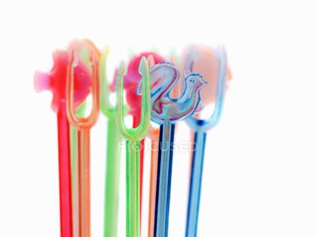 Primo piano vista di bastoncini da cocktail di plastica su sfondo bianco — Foto stock