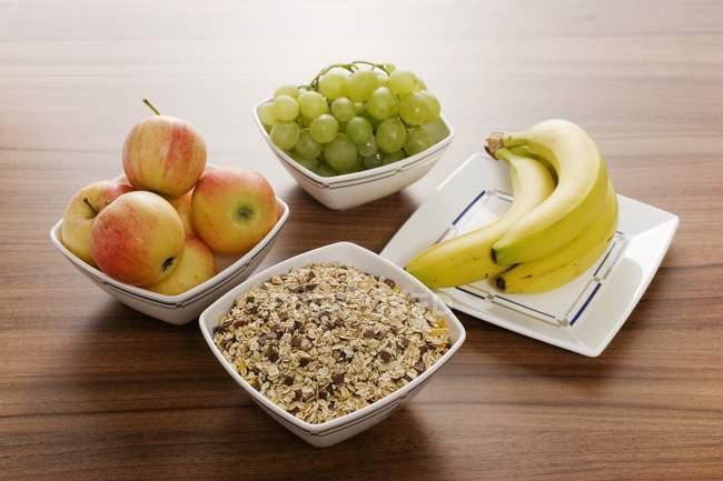 Muesli de cereales avena con pasas de uva - foto de stock