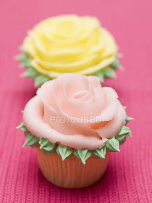 Rosa und gelbe Rosenmuffins — Stockfoto