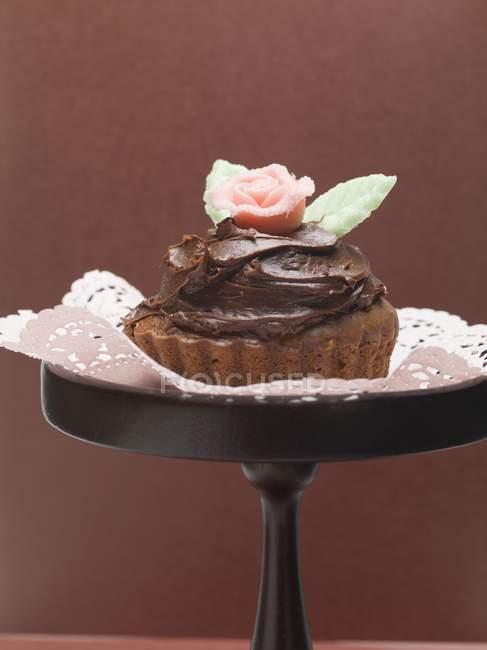Шоколадный торт с марципаном — стоковое фото