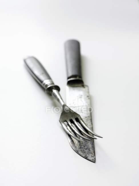 Detailansicht der Antike Messer und Gabel auf weißem Untergrund — Stockfoto