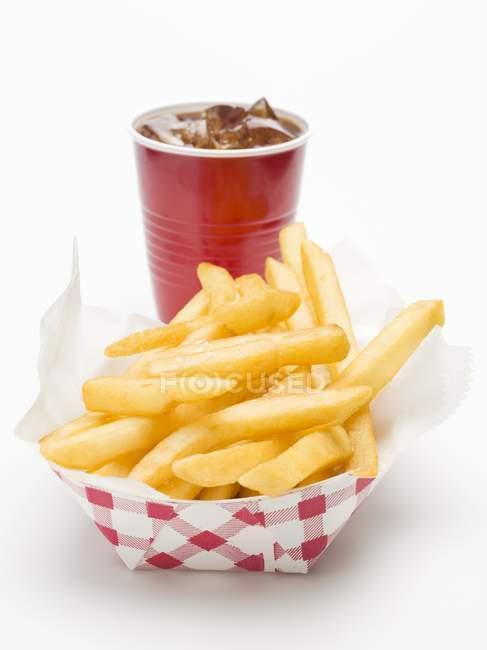 Cola y porción de papas fritas - foto de stock