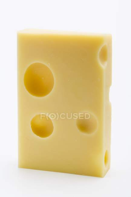 Кусок сыра Эмменталь над белой — стоковое фото