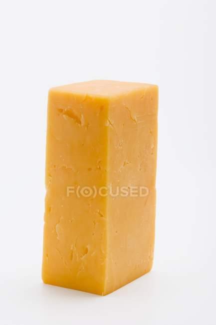 Кусок сыра чеддер — стоковое фото
