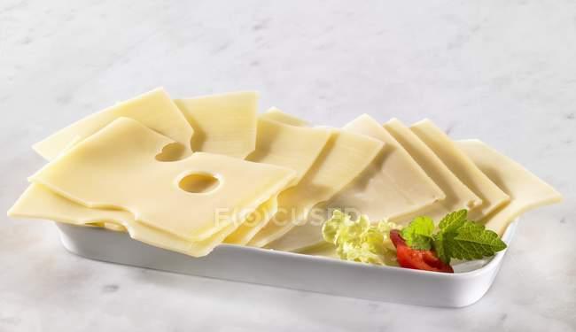 Несколько ломтиков сыра — стоковое фото