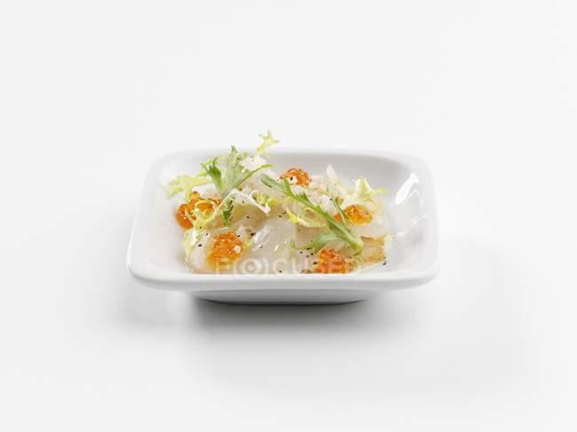 Primo piano vista delle capesante con caviale di salmone Chum su piatto bianco — Foto stock