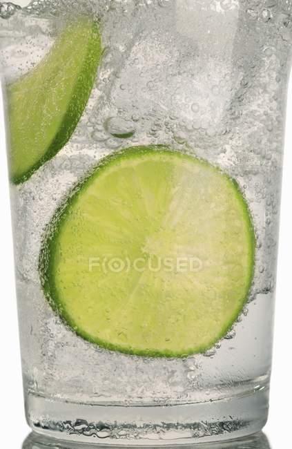 Gin Tonic mit Limettenscheiben — Stockfoto