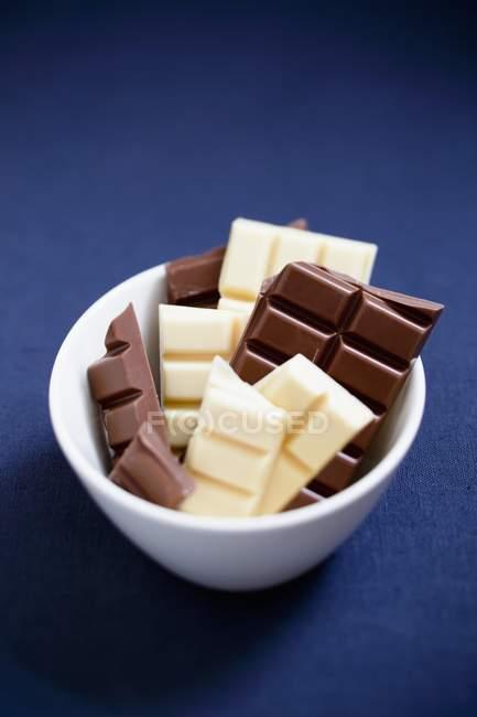 Morceaux de chocolat blanc et noir — Photo de stock