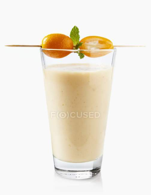 Экзотический коктейль с манго — стоковое фото