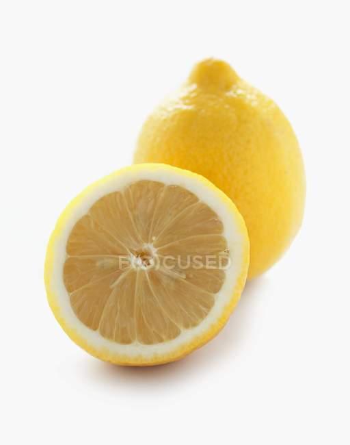 Frische Zitrone mit der Hälfte — Stockfoto