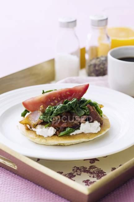 Pfannkuchen mit Ricotta gekrönt — Stockfoto