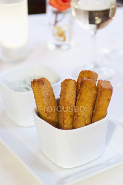 Polenta frites dans un plat blanc — Photo de stock
