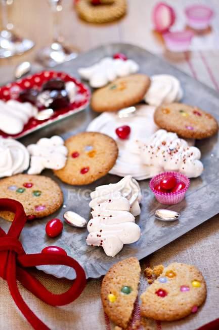 Merengues y galletas coloridas - foto de stock