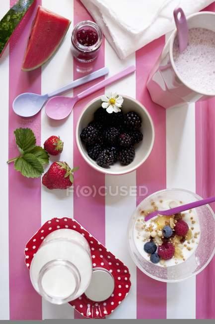 Desayuno de batido de leche y bayas muesli - foto de stock