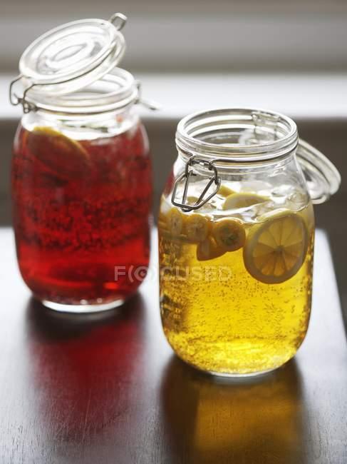 Sangria de vermelho e branco em jarros Mason — Fotografia de Stock