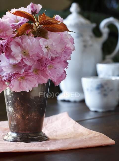 Nahaufnahme von Kirschblüten in einer Vase mit antikem Tee — Stockfoto