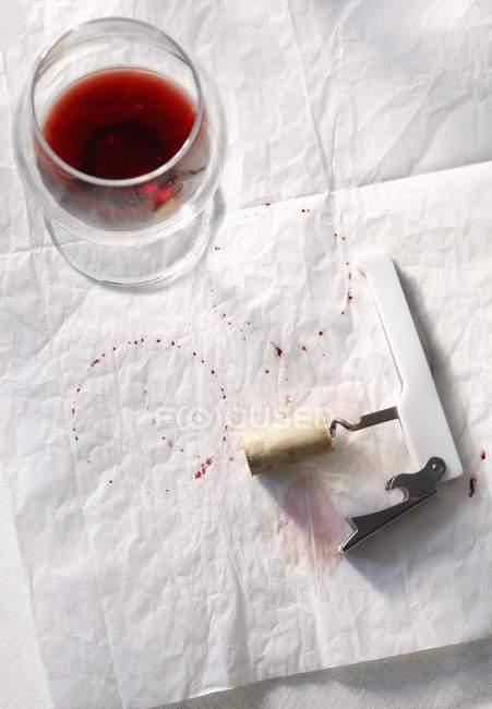 Наполовину пустой стакан красного вина — стоковое фото