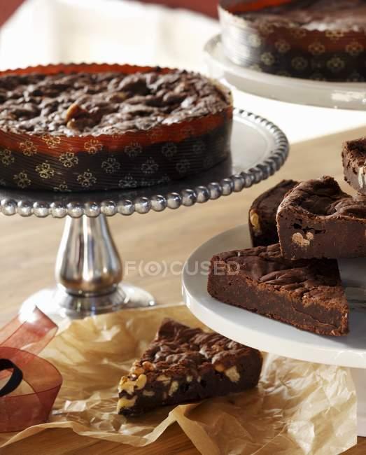 Servire su piatti piedistallo assortiti di brownies — Foto stock