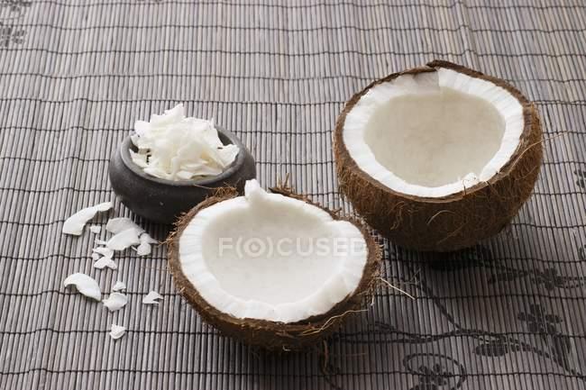 Свежий сломанной открыть кокосовый — стоковое фото