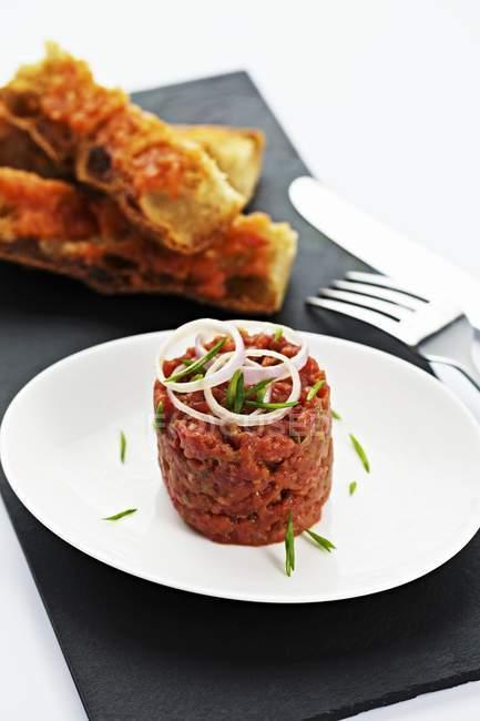 Steak Tatar mit Brot — Stockfoto
