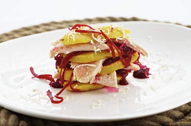 Шаруваті страва з картоплі і копченим лососем — стокове фото