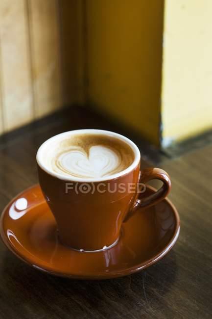Latte con Cuore Design in tazza — Foto stock