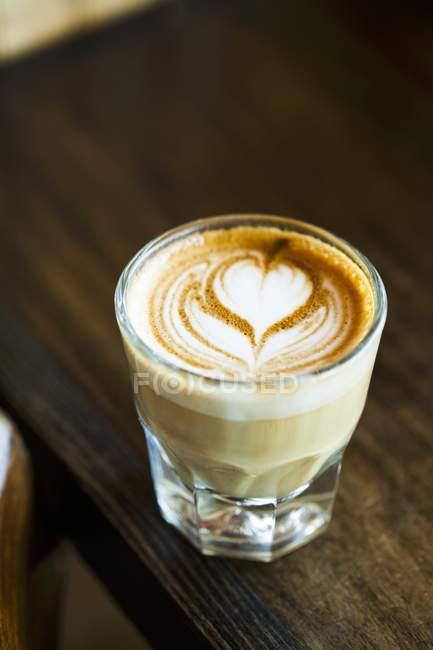 Latte con diseño de corazón en cristal - foto de stock