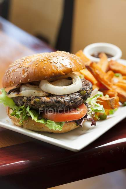 Hamburger vegetariano con lattuga — Foto stock