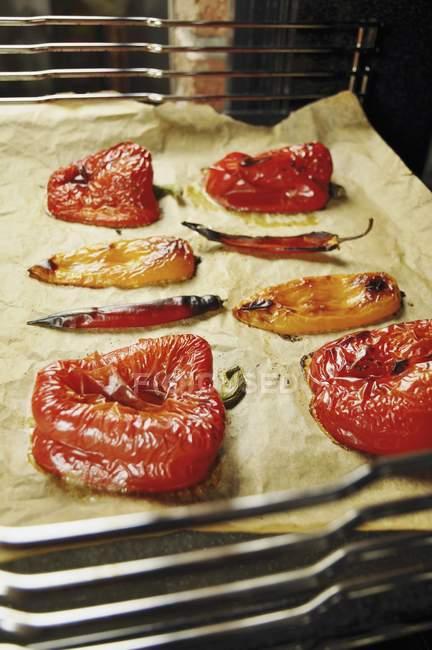 Verdure grigliate, pronte per essere scuoiati e preparato su carta da forno — Foto stock
