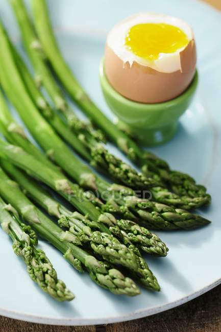 Asparagus and soft boiled egg — Stock Photo