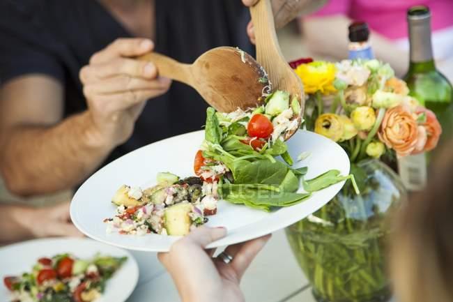 Salada de caranguejo e salada de abobrinha sendo servida com testículos de madeira — Fotografia de Stock