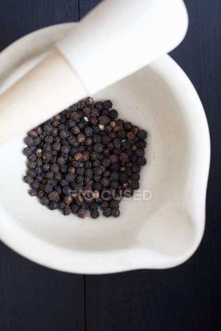 Чорний перець в ступці — стокове фото