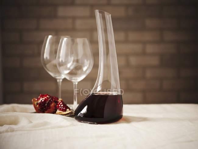 Красное вино в графин вина — стоковое фото
