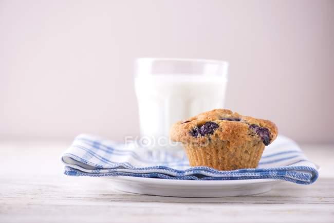 Blaubeermuffin und ein Glas Milch — Stockfoto