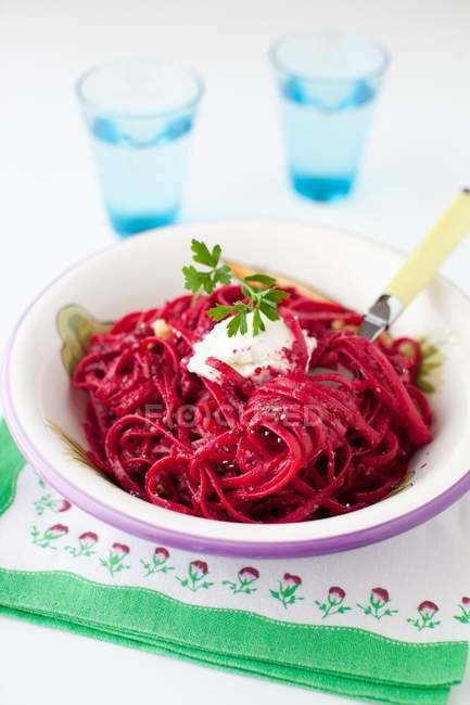 Pasta linguine integrali con purea di barbabietola — Foto stock