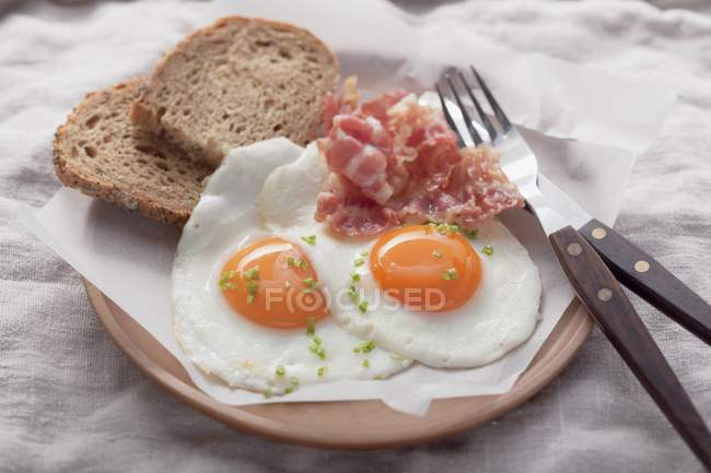 Fried eggs with bacon and bread — Stock Photo
