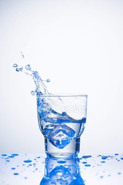 Água espirrando de vidro — Fotografia de Stock