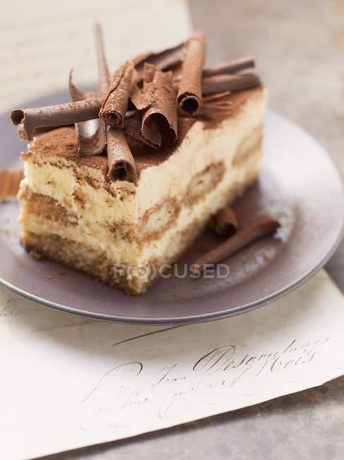 Pastel de tiramisú con rollos de chocolate - foto de stock